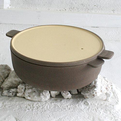 フィンランドのデザイナー、ナタリー・ラーデンマキがデザインした鍋。